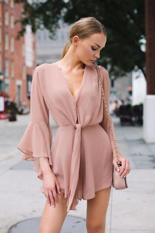 Tận dụng độ rủ mềm của chiffon lụa, nhiều nhà mốt thường mang tới các kiểu váy áo tay loe, trang phục thắt eo để phái đẹp thêm duyên dáng khi xuống phố.