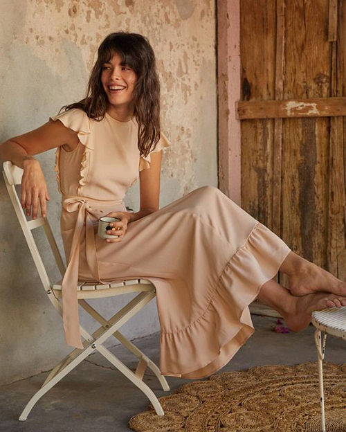 Nhờ đặc tính đề cao nét uyển chuyển của người mặc, vải chiffon lụa, lụa nhân tạo thường được sử dụng để tạo nên các mẫu đầm dạo phố, váy đi biển.