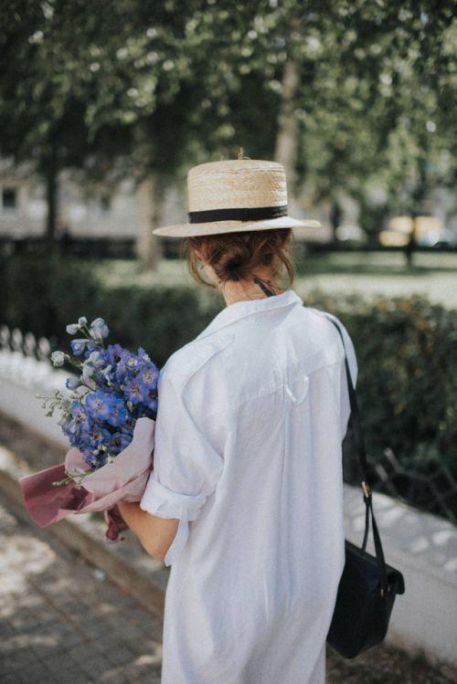 Vải thô, thoáng mát được nhiều thương hiệu dùng để tạo nên các kiểu sơ mi dáng rộng, đầm sơ mi, váy cổ điển.
