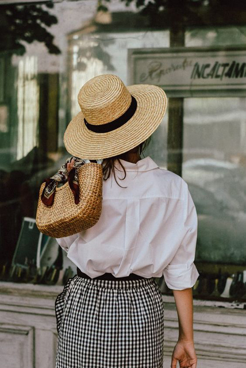 Sơ mi dáng rộng mang lại sự tự do và thoải mái là sản phẩm được nhiều cô gái yêu thích trong dịp hè.