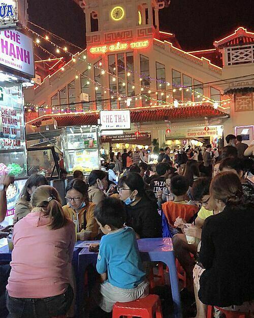 Chợ đêm Cần Thơ mở cửa đến 23h. Ảnh: mingshuh