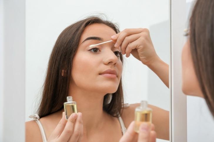 Dầu thầu dầu (castor oil) hay dầu dừa đều có khả năng giúp lông mi mọc dài, dày, bóng hơn. Chăm thoa một trong 2 loại dầu này lên lông mi trước khi ngủ sẽ giúp bạn sớm có hàng mi đậm màu, cong vút mà không cần nhờ cậy đến mascara.