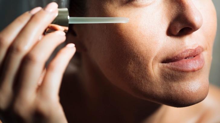Bổ sung các loại serum đặc trị vấn đề da bạn đang gặp phải góp phần giúp da nhận được thêm dưỡng chất, đẩy nhanh quá trình phục hồi. Ngoài ra, đắp mặt nạ 2 - 3 lần mỗi tuần cũng có tá dụng đẩy sâu dưỡng chất vào da.