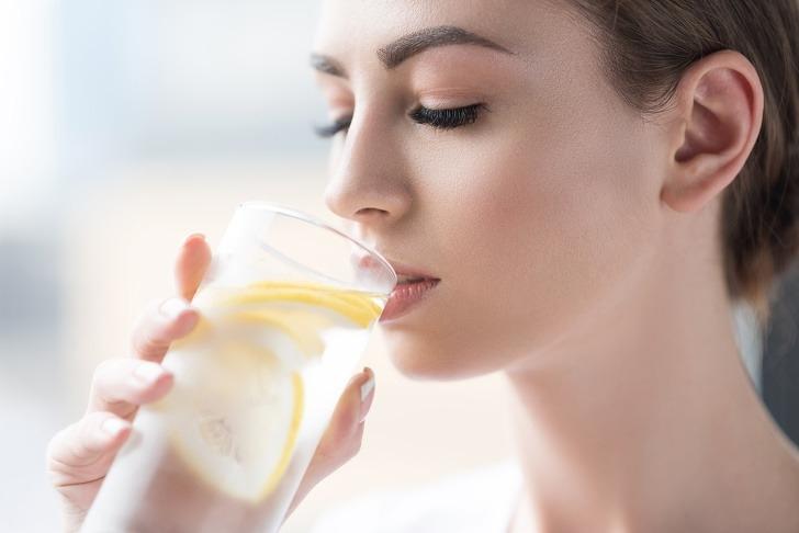 Uống nước chanh ấm mỗi sáng cũng như bổ sung thêm vitamin C vào chế độ ăn uống không chỉ giúp tăng cường hệ miễn dịch mà còn có ích trong công cuộc dưỡng da, giảm sạm nám, mụn.