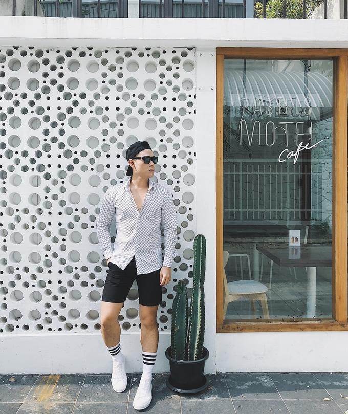 Pastel Motel nằm ở khu Sukhumvit - trung tâm thương mại của Bangkok. Quán trang trí nhiều góc chụp khác nhau, trở thành điểm check-in được ưa chuộng trên Instagram. Pastelmotel - cà phê với lớp sữa màu hồng - là món đặc trưng của quán, cùng với nhiều loại bánh ngọt, spaghetti... ăn ổn. Ngoài ra, quán còn bán chén, bát, đĩa làm bằng gốm thủ công.