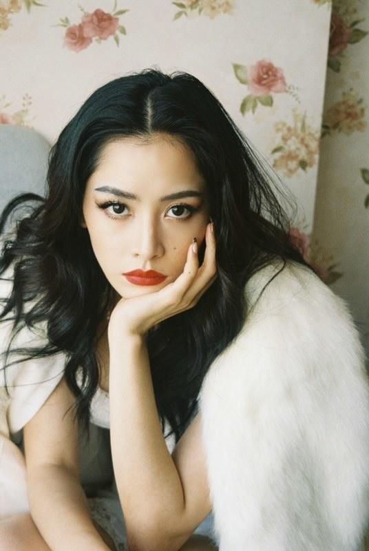 Thường xuyên làm việc với các ngôi sao như Bảo Anh, Chi Pu, Min… nên makeup artist Mimi (Lâm Ngọc Minh) hiểu rõ gu trang điểm của từng khách hàng. Cô luôn tìm cách để hài hòa giữa sở thích của các ngôi sao với xu hướng trang điểm chung đang thịnh hành.