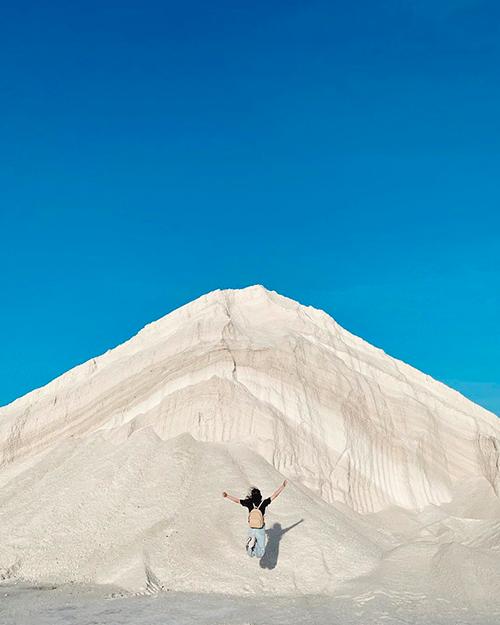 Đụn muối chất cao trắng xoá ngỡ như núi tuyết ở châu Âu. Ảnh: tranthanhbich