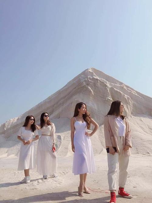 Tới đây chụp ảnh, bạn nên chọn trang phục trắng tiệp màu với muối hoặc mặc màu thật nổi. Ảnh: Du lịch muối Đầm Vua.