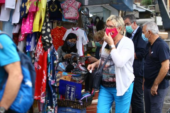 Du khách nước ngoài đeo khẩu trang thăm quan di tích tại Hà Nội