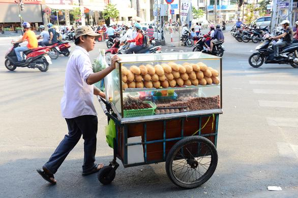 Bánh mì Sài Gòn gắn với cuộc sống hàng ngày của người dân TP - Ảnh: QUANG ĐỊNH