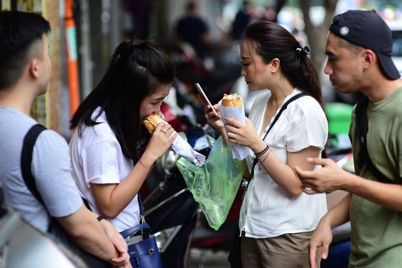 Bánh mì trở thành một món ăn khác biệt, đặc trưng và trở nên gần gũi với lối sống của người Sài Gòn - Ảnh: QUANG ĐỊNH
