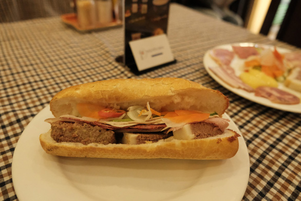 Ông Nguyễn Quốc Kỳ, chủ tịch Hiệp hội Văn hóa ẩm thực Việt Nam, nhận định: Thưởng thức bánh mì như thưởng thức một bản giao hưởng mà người chế biến, bằng sự sáng tạo, như một nhạc trưởng chế biến ra những bánh mì khác nhau, đó là nghệ thuật - Ảnh: MAI THƯƠNG