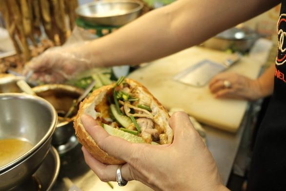 Nhiều thương hiệu bánh mì ở Sài Gòn, từ cửa hàng lớn đến những xe bánh mì gia đình đã được nhiều chuyên trang du lịch uy tín nhắc đến để du khách có dịp thử khi ở Sài Gòn - Ảnh: MAI THƯƠNG