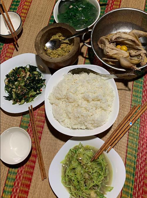 Mâm cơm đãi khách nhà H'Hen Niê.