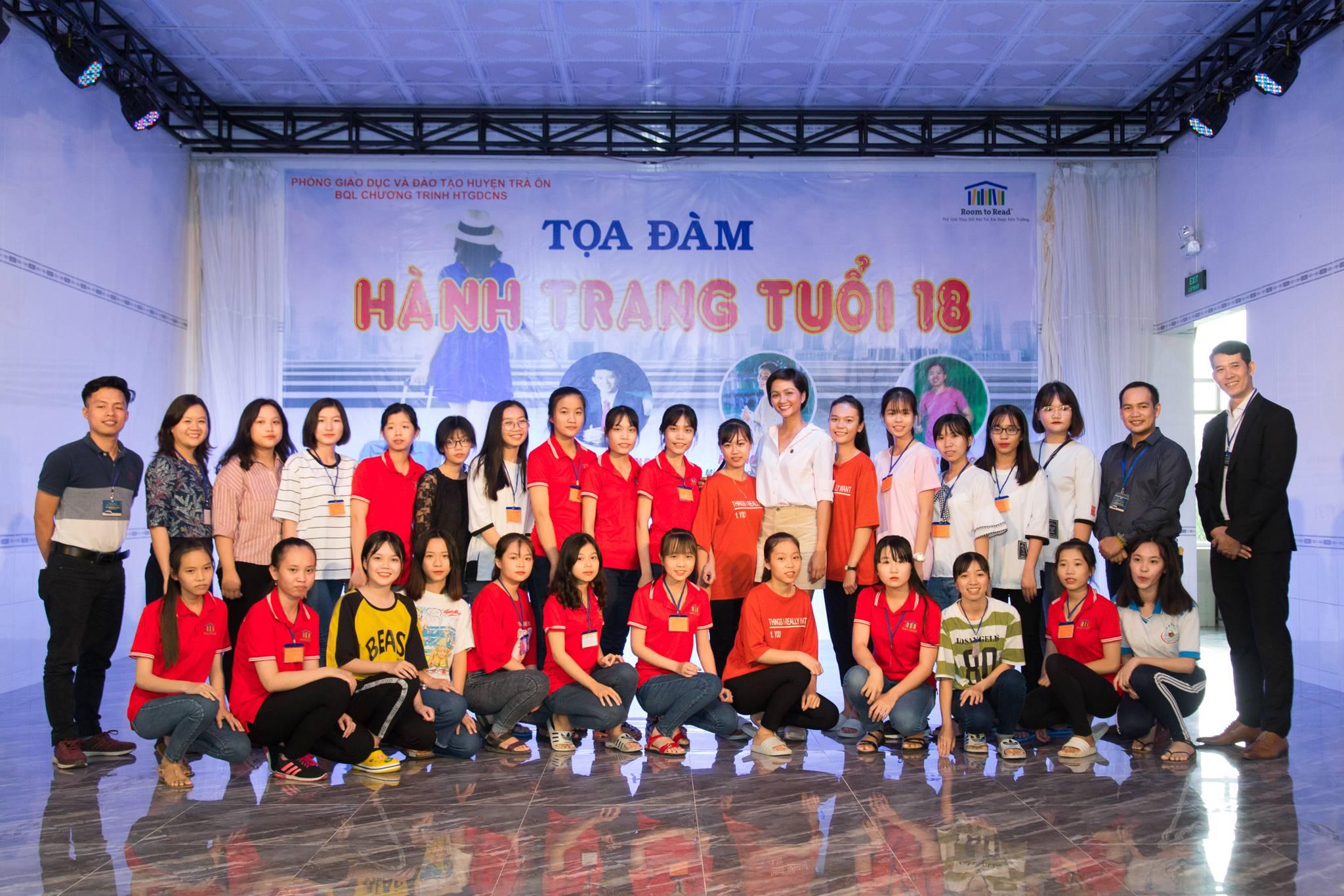 Hoa-Hau-HHen-Nie_Tham-gia-trai-he-nu-sinh-tai-Vinh-Long-2