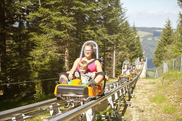 Chơi máng trượt mùa hè, một một thể thao phổ biến ở làng Thánh Corona - Ảnh: action4school