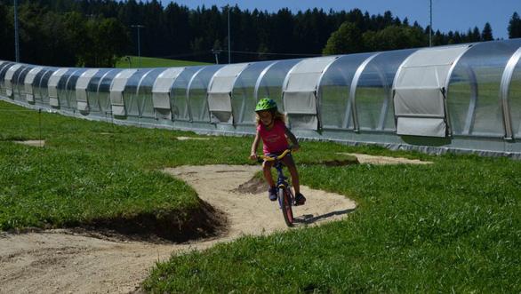 Đường đạp xe trên núi an toàn cho trẻ em ở làng Thánh Corona - Ảnh: https://www.also-ausztria.info/