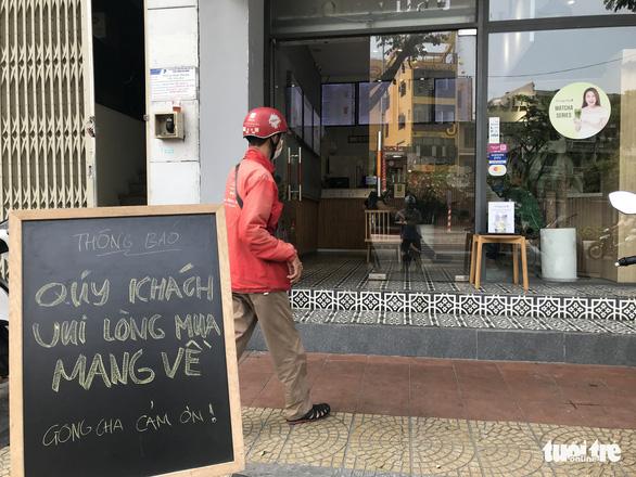 Từ chiều 29-3, các quán ăn tại Đà Nẵng tạm dừng hoạt động phục vụ ăn uống tại chỗ, chỉ phục vụ mang đi - Ảnh: TRƯỜNG TRUNG