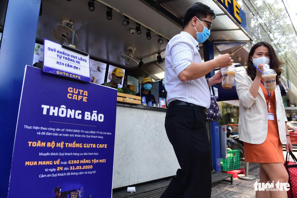 Quán cà phê Guta trên đường Trần Cao Vân, quận 1, TP.HCM chỉ phục vụ cho khách mua mang về - Ảnh: QUANG ĐỊNH