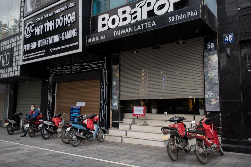 Để hạn chế ra ngoài ăn uống ở thời điểm hiện tại, ở Hà Nội, nhiều người dân chọn cách đặt đồ ăn online tại nhà - Ảnh: HOÀNG THANH TÙNG