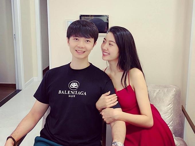 Á hậu Thúy Vân lần đầu công khai hình ảnh bạn trai sau khi được anh cầu hôn hôm 8/3. Cả hai làm bạn nhiều năm nhưng chính thức hẹn hò từ 2019. Cảm thấy tình cảm chín muồi, cặp đôi quyết định gắn bó và tiến đến hôn nhân.