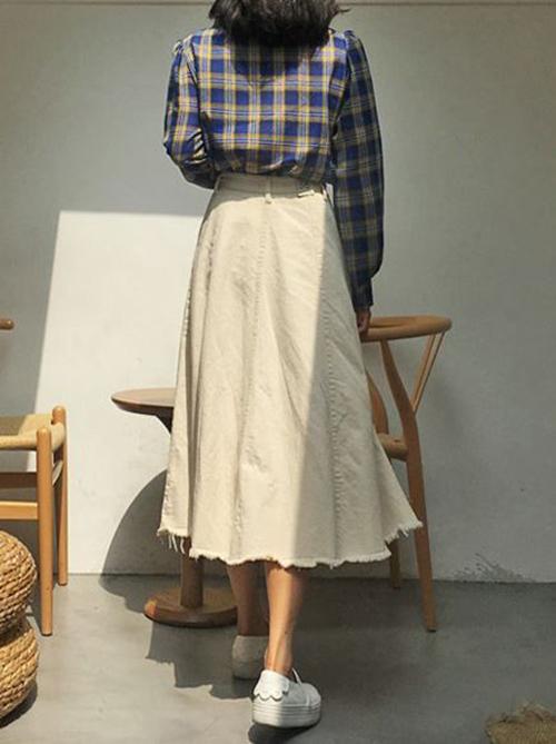 Cách sử dụng các loại chất liệu như linen, bố, kaki cũng khiến các kiểu chân váy midi trở nên cuốn hút. Trang phục này có thể mix cùng sơ mi, áo thun và các kiểu áo sát nách cho set đồ dạo phố.