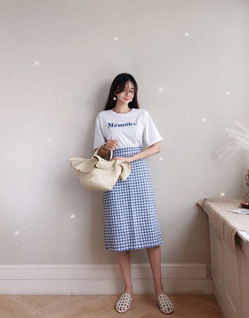Set đồ mùa hè dành cho các nàng mê chân váy bút chì với cách mix đồ hoạ tiết với áo thun kiểu dáng đơn giản, giày rọ và túi cói.