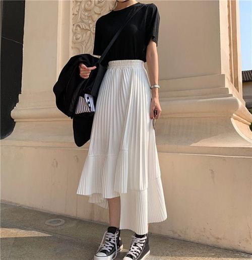Ngoài hai kiểu chân váy thông dụng là midi và bút chì là sự xuất hiện của trang phục mang hơi hướng phong cách bohemian.