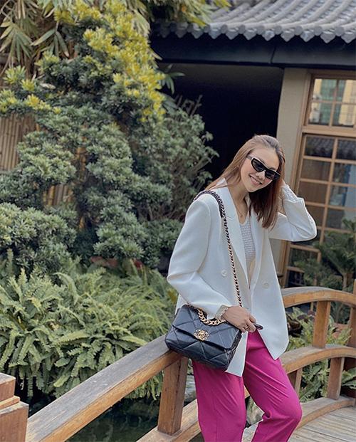 Công thức phối màu trắng - hồng - đen được Thanh Hằng xử lý khéo léo trên set đồ gồm áo blazer, quần đáy thụng và túi Chanel.