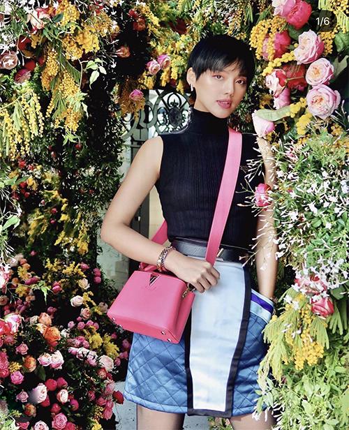 Túi hồng mới 'ra lò' của Louis Vuitton cũng được Khánh Linh chọn lựa để tăng sức hút cho set đồ dạo phố.