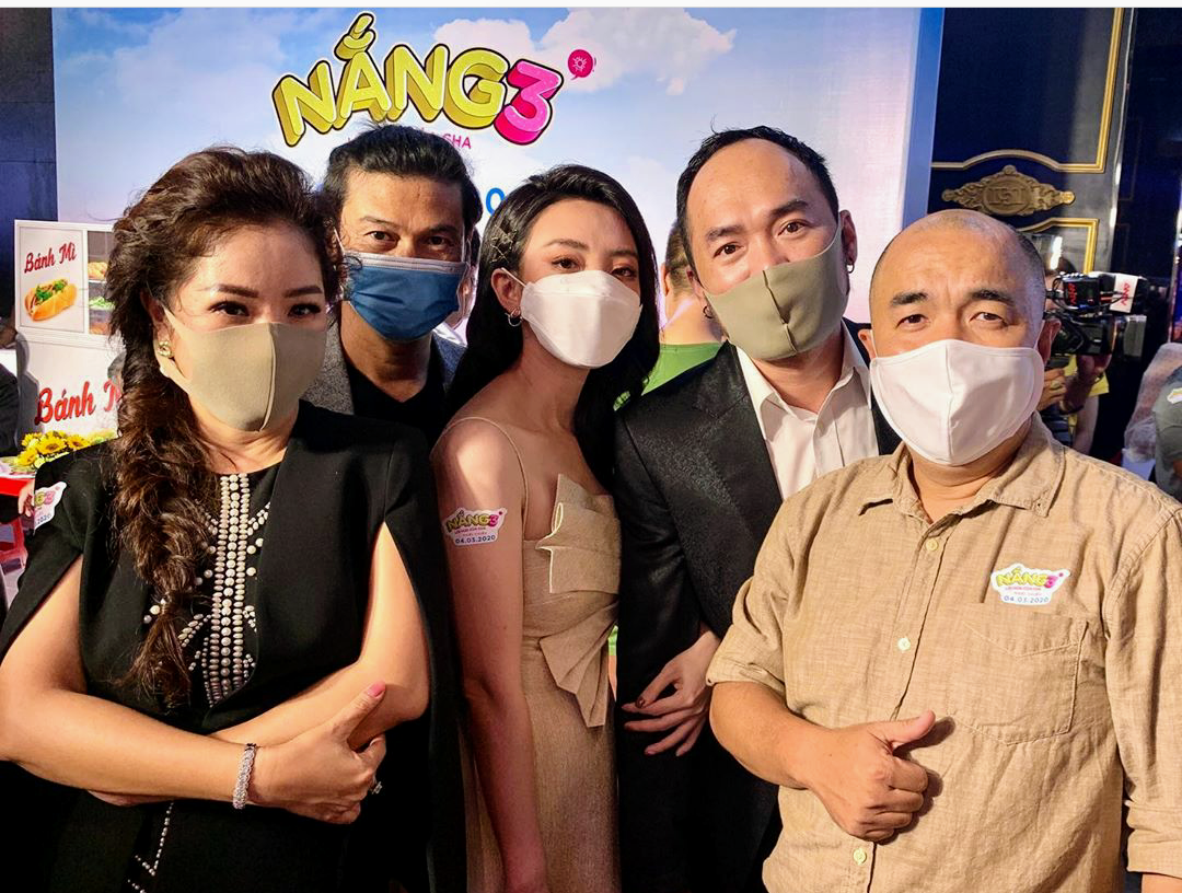 Vợ chồng Thu Trang - Tiến Luật cùng  một số nghệ sĩ đeo khẩu trang tham dự sự kiện