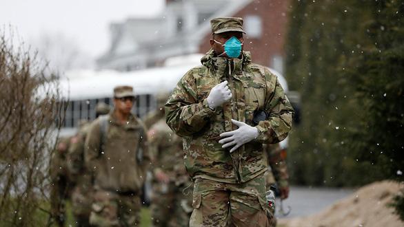 Các thành viên của Lực lượng đặc nhiệm chung JTF2, gồm cả Vệ binh quốc gia Mỹ, đến tham gia công tác khử trùng tại New Rochelle, New York hôm 23-3 - Ảnh: Reuters