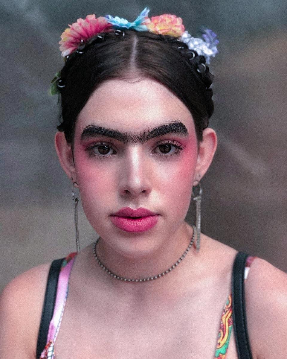 Lola DiMarzio nuôi lông mày từ cuối năm 2018. Video trang điểm của Lola có lượng like khủng một phần nhờ vào cặp lông mày rậm rạp của chủ nhân.