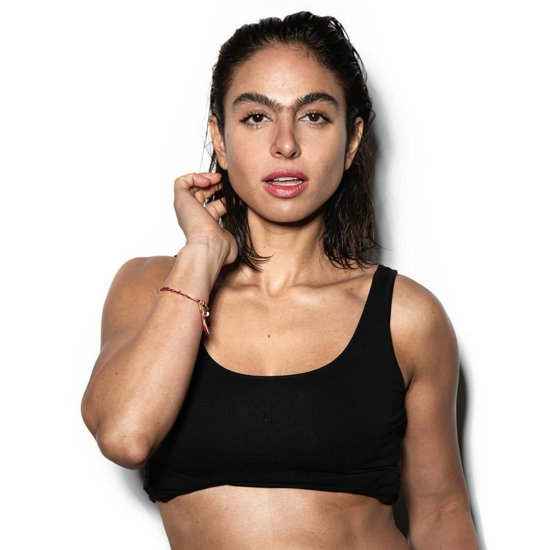 Người mẫu Shari Loeffler cũng tận dụng cặp lông mày của mình như một thế mạnh trong công việc. Thỉnh thoảng cô còn đính đá, phủ nhũ lên chân mày giúp tăng sự cuốn hút.