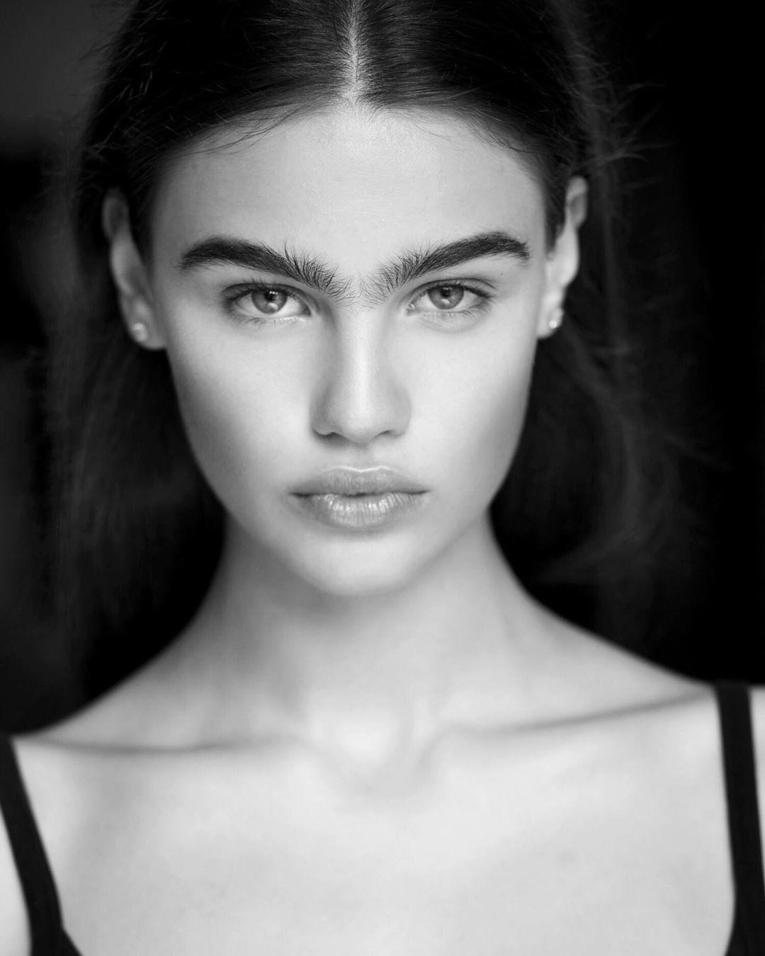 Người mẫu Anna Yurkova cũng ủng hộ trào lưu nuôi lông mày rậm thay vì nhổ, cạo chúng thường xuyên.