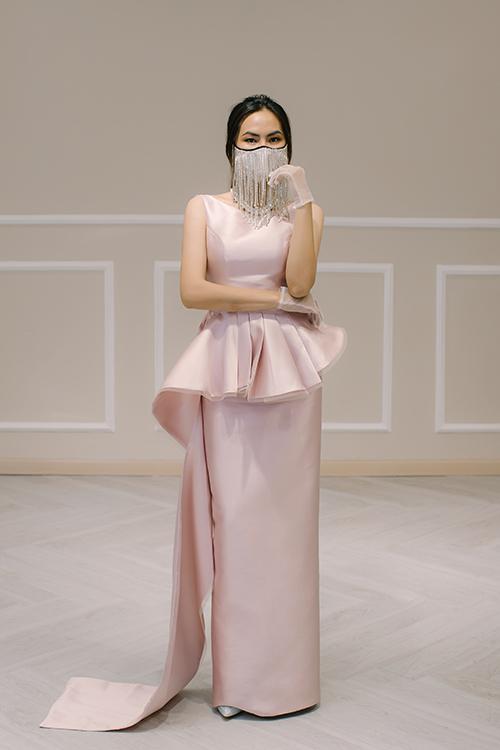 Một gợi ý cho cô dâu để chào bàn là váy Charming, có giá bán 4,5 triệu đồng. Váy mang tông hồng pastel, có điểm nhấn là phần vải nhún nơi eo và kéo thành tà phụ dài. Khẩu trang được đính đá không khác gì một phụ kiện trang sức cho bộ cánh.