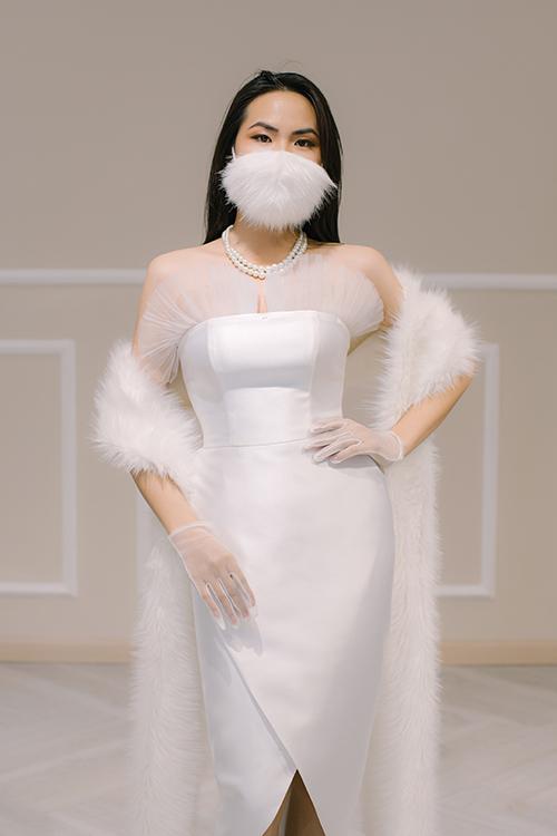 Đầm cưới tối giản có phần xẻ tà gợi cảm, được kết hợp với khăn và khẩu trang, dùng để chào bàn. Váy có tên Maat, giá bán 2,8 triệu đồng.