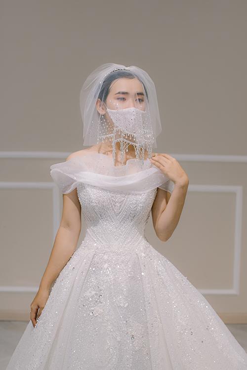 'Xuất phát từ việc mọi người đều đeo khẩu trang phòng bệnh Covid-19, chúng tôi đã nảy sinh ra ý tưởng cho may khẩu trang đồng điệu với đầm cưới để cô dâu diện trong ngày đại hỷ. Chiếc khẩu trang giúp cô dâu bảo vệ sức khoẻ và mang lại một kỷ niệm đáng nhớ cho cuộc đời', Trà Linh, đại diện thương hiệu váy cưới Hacchic Couture tiết lộ.