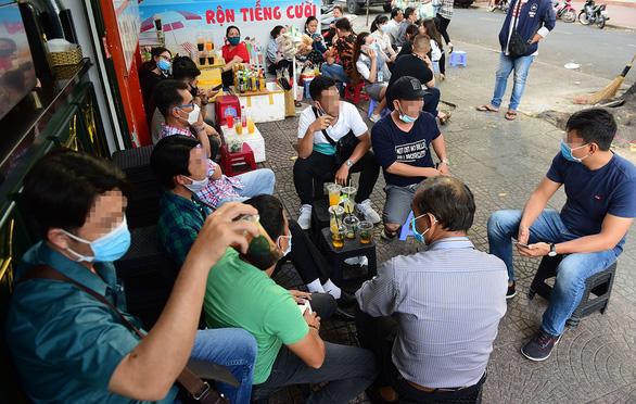 Nên tránh tụ tập! Trong ảnh: một quán cà phê trên đường Nguyễn Văn Chiêm, quận 1, TP.HCM tập trung đông người ngồi lúc 16h45 ngày 24-3 - Ảnh: QUANG ĐỊNH