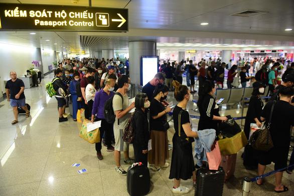Hành khách chờ làm thủ tục tại sân bay Tân Sơn Nhất, TP.HCM - Ảnh: QUANG ĐỊNH