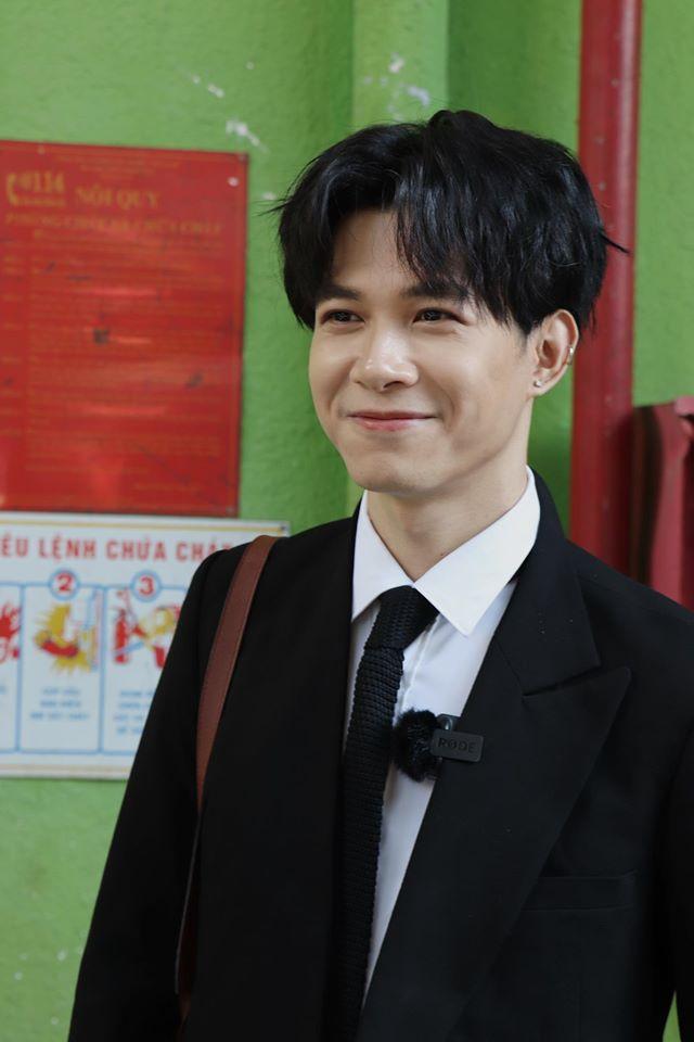 Anh Tú sinh ra ở Hà Nội, sau đó theo gia đình vào Thành phố Hồ Chí Minh từ năm 2013. Dù anh không nhận được sự ủng hộ của gia đình, nhưng vẫn quyết tâm theo đuổi đam mê nghệ thuật. Vẻ ngoài hiền lành, ấm áp cùng tài năng trong nghệ thuật đã giúp Anh Tú nhanh chóng có được tình yêu thương và ửng hộ của khán giả.