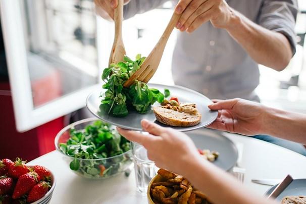 Nên nấu ăn tại nhà và cân bằng thực đơn với các nguyên liệu bổ dưỡng.