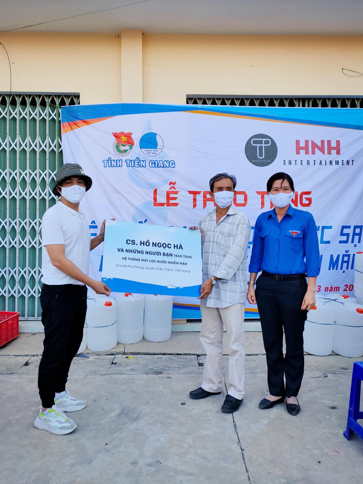 Đại diện Hồ Ngọc Hà trao tặng hệ thống máy lọc nước cho Tiền Giang