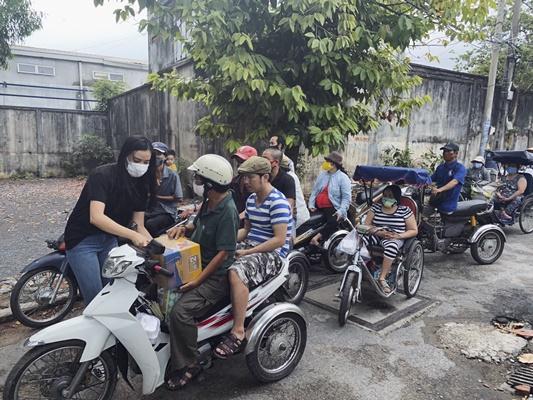 A hau Kim Duyen_Trao qua tai Thu Duc TPHCM (2) (2)