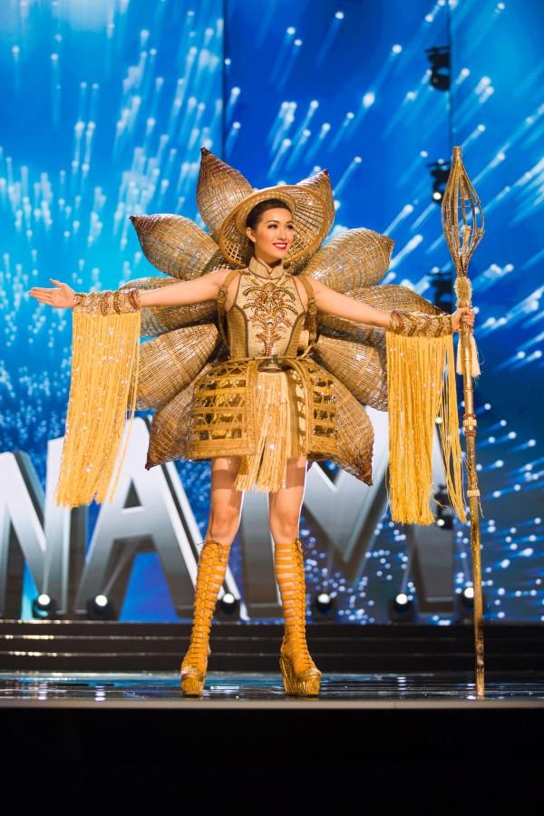 Á hậu Lệ Hằng đồng hành cùng Nàng Mây tại Miss Universe 2016