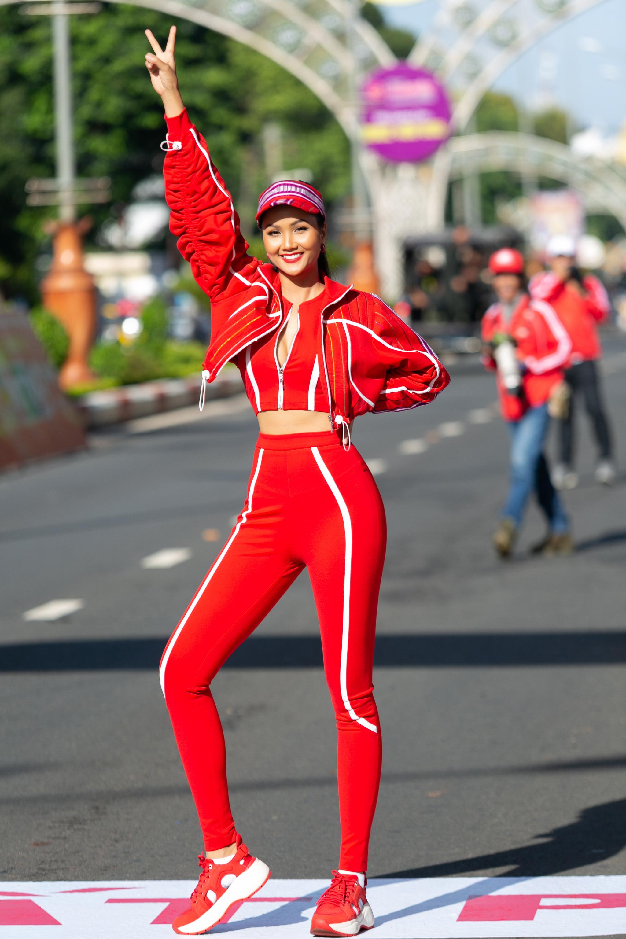 Hoa hau HHen Nie_Dua xe dap_Buon Ma Thuot (10)