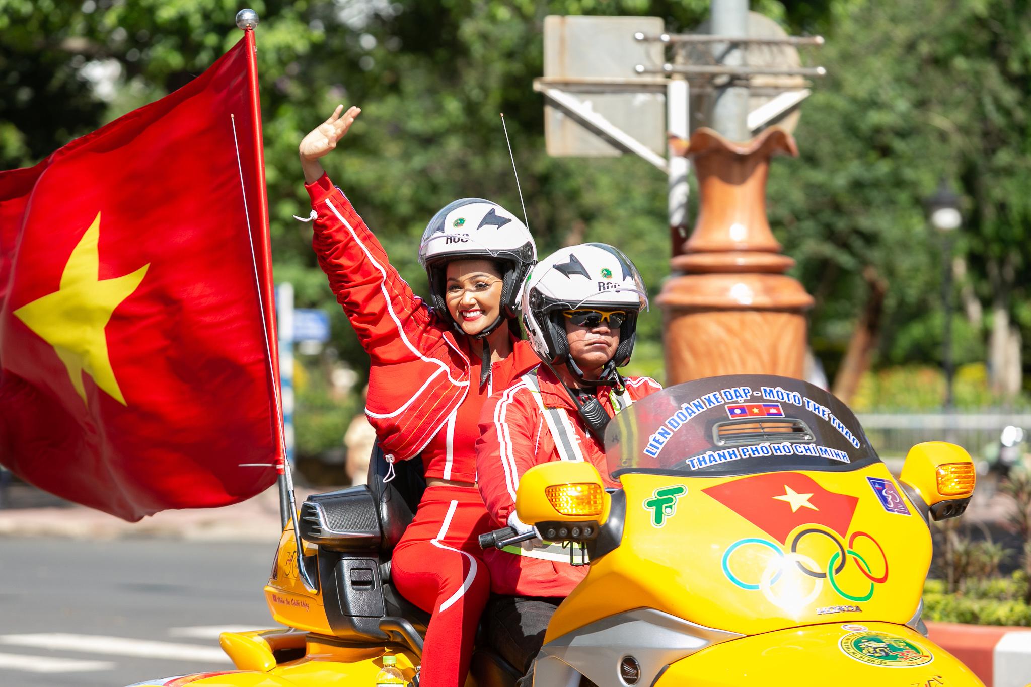 Hoa hau HHen Nie_Dua xe dap_Buon Ma Thuot (46)