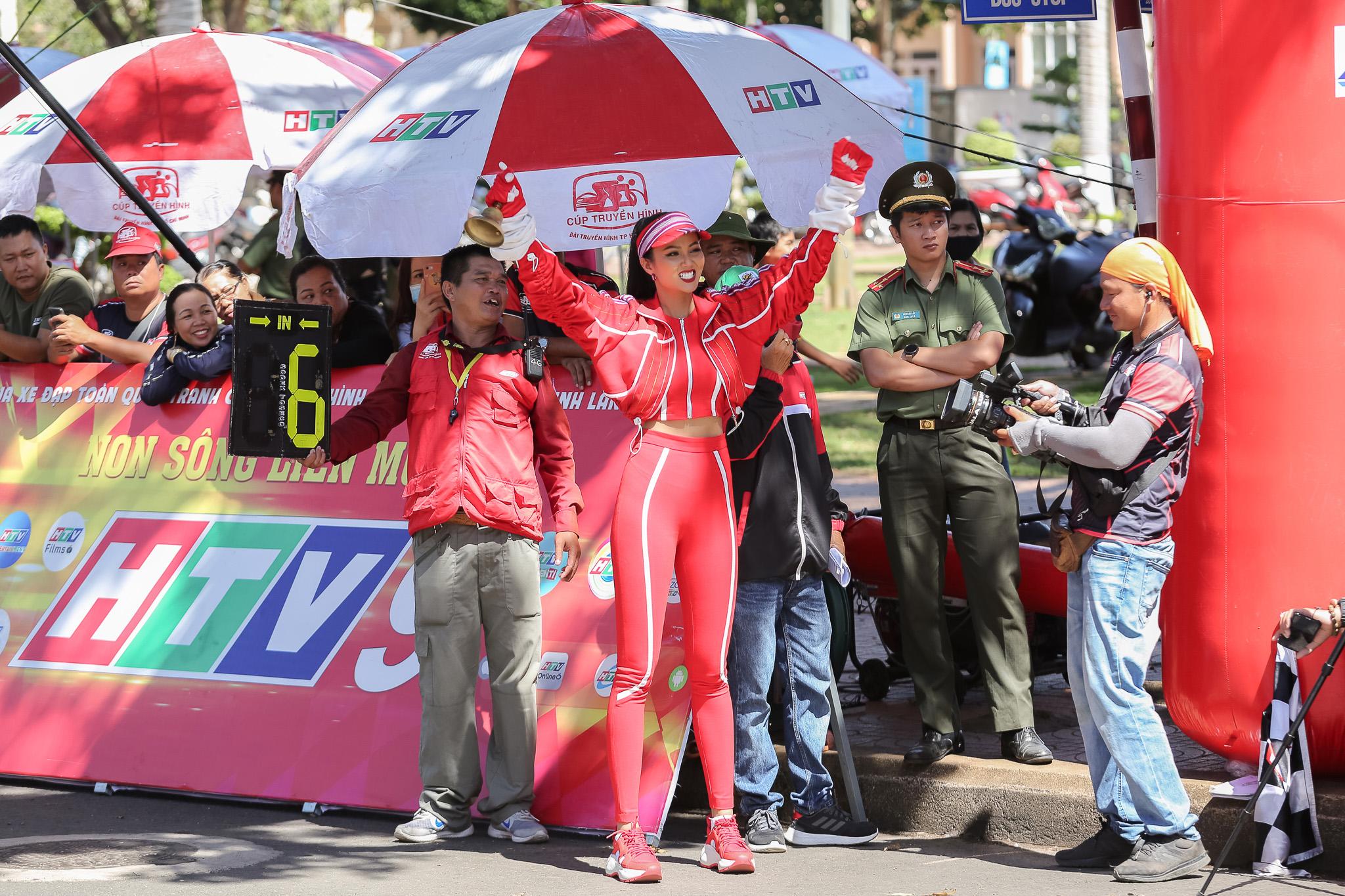 Hoa hau HHen Nie_Dua xe dap_Buon Ma Thuot (54)