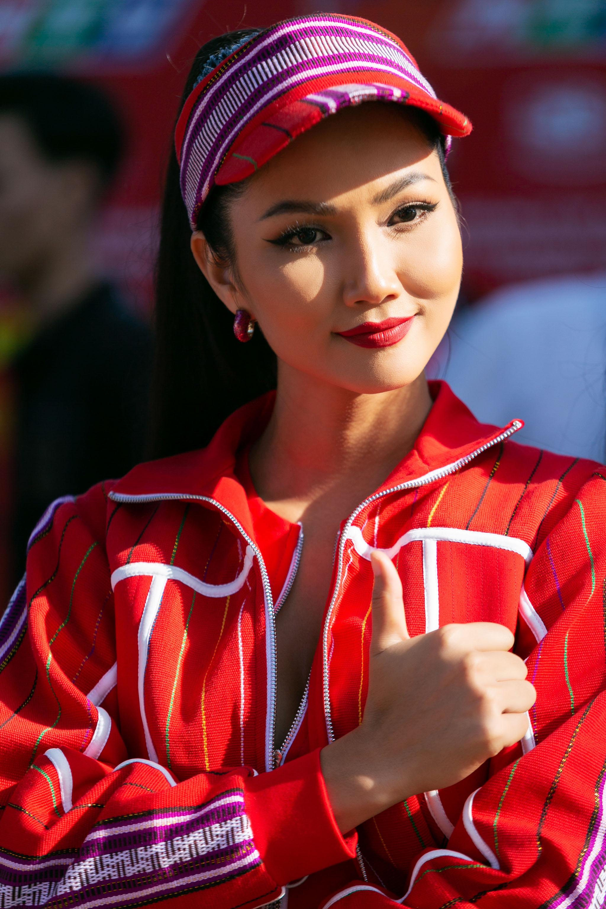 Hoa hau HHen Nie_Dua xe dap_Buon Ma Thuot (6)