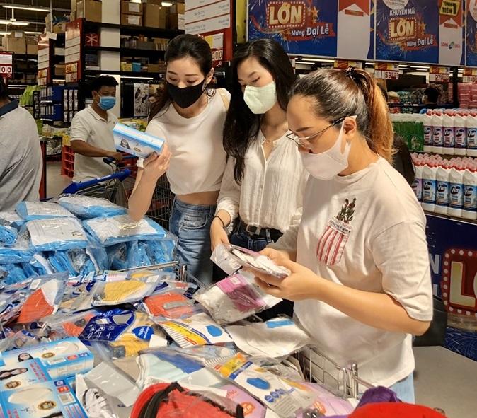 Hoa hau Khanh Van cung cac nguoi dep mua qua tang cac em OBV (3)